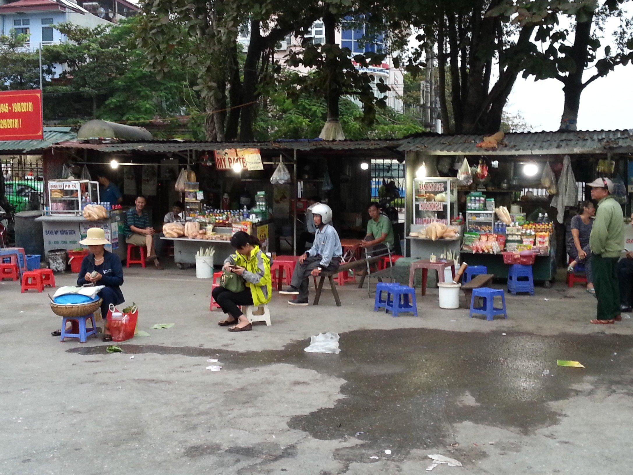 Food vendors at Dien Bien Phu Bus Station