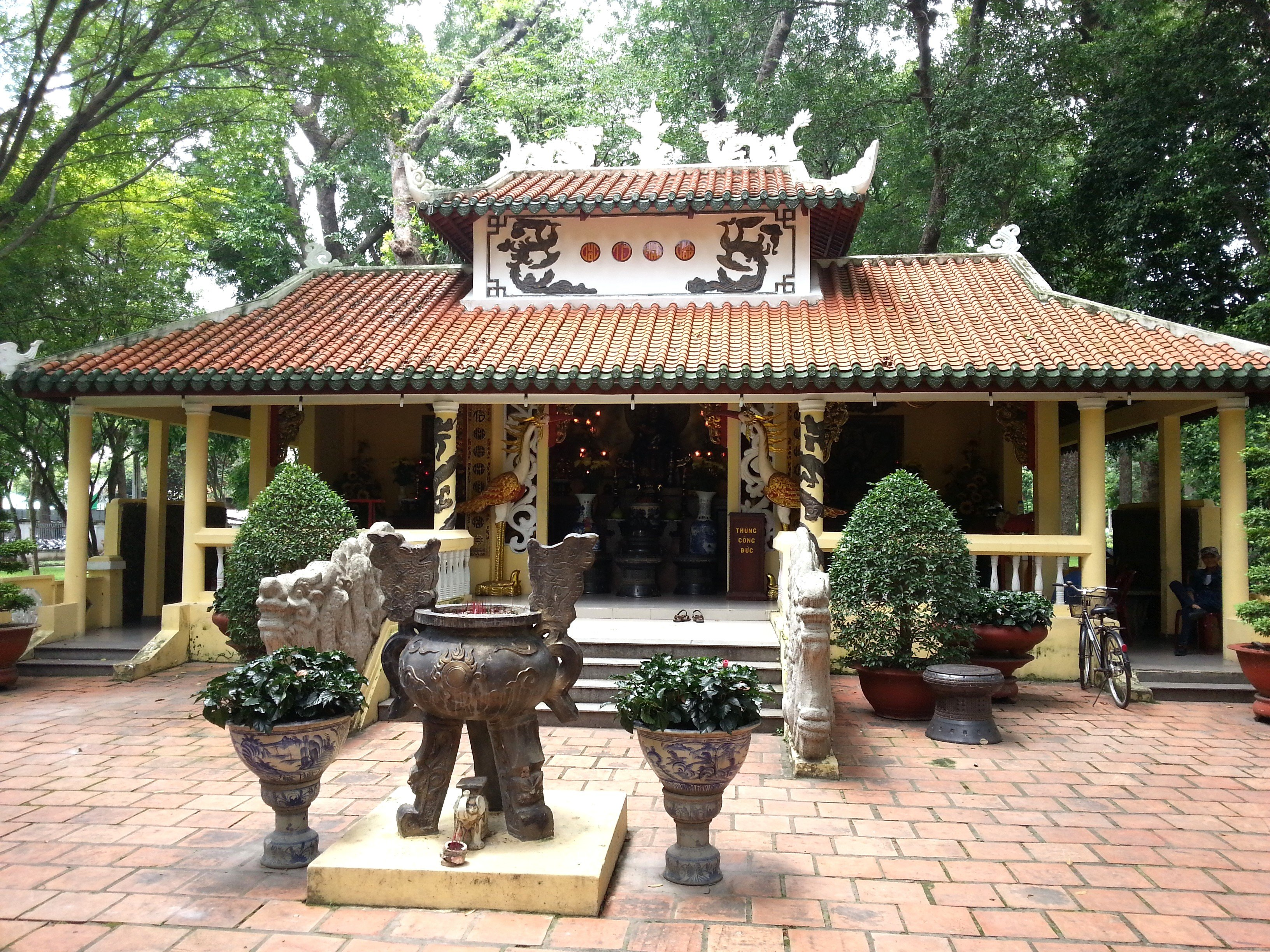 Monument to the Hung Kings in Tao Dan Park