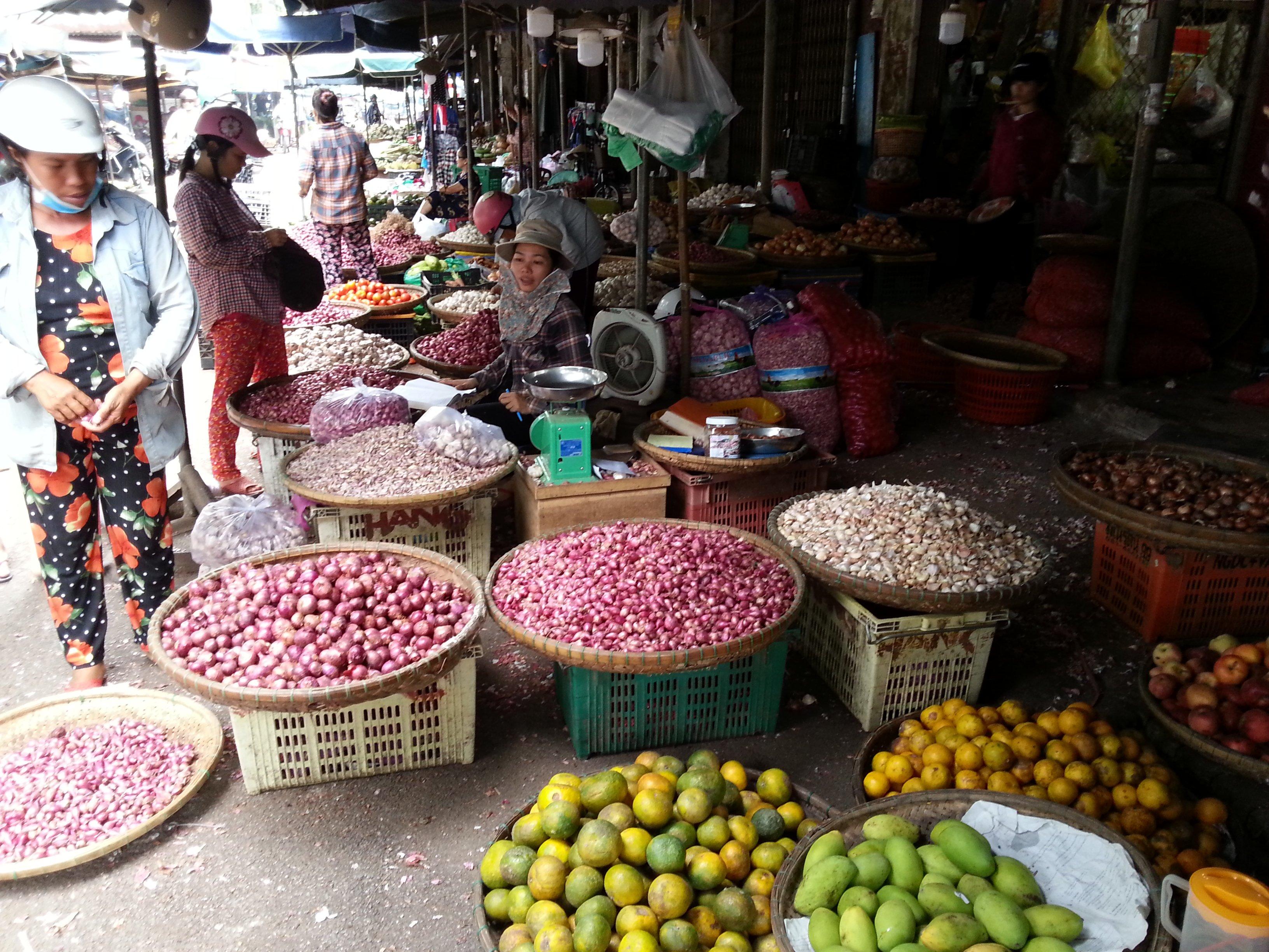 Garlic seller at Dong Ba Market