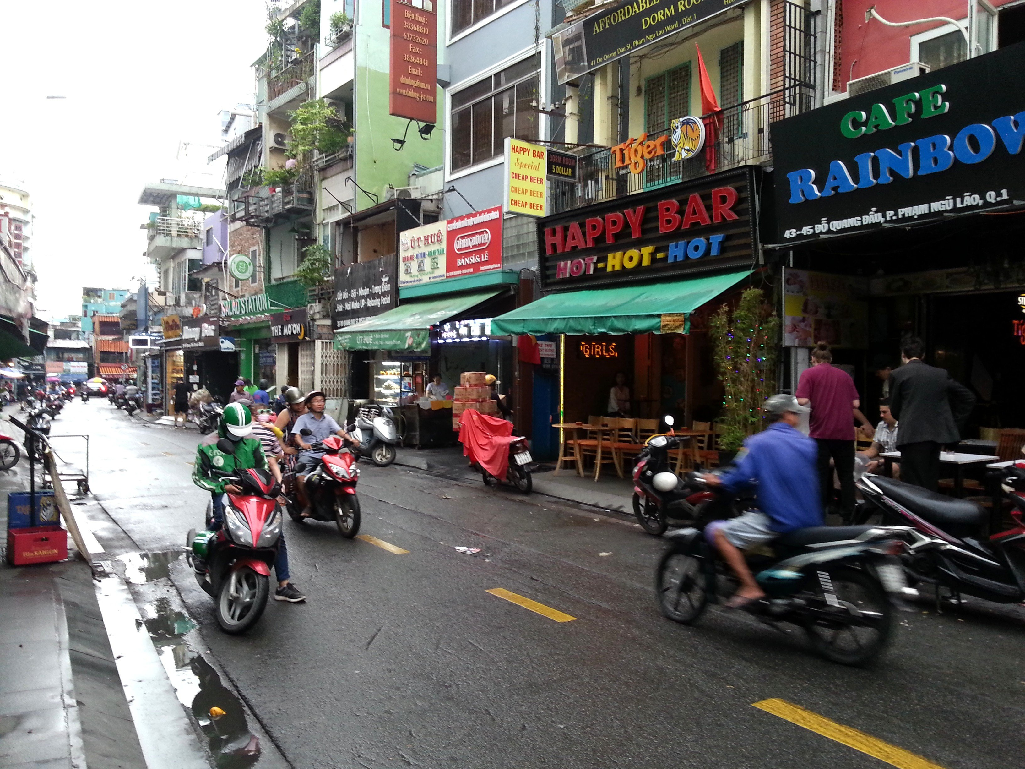 There are many bars in the Pham Ngu Lao area