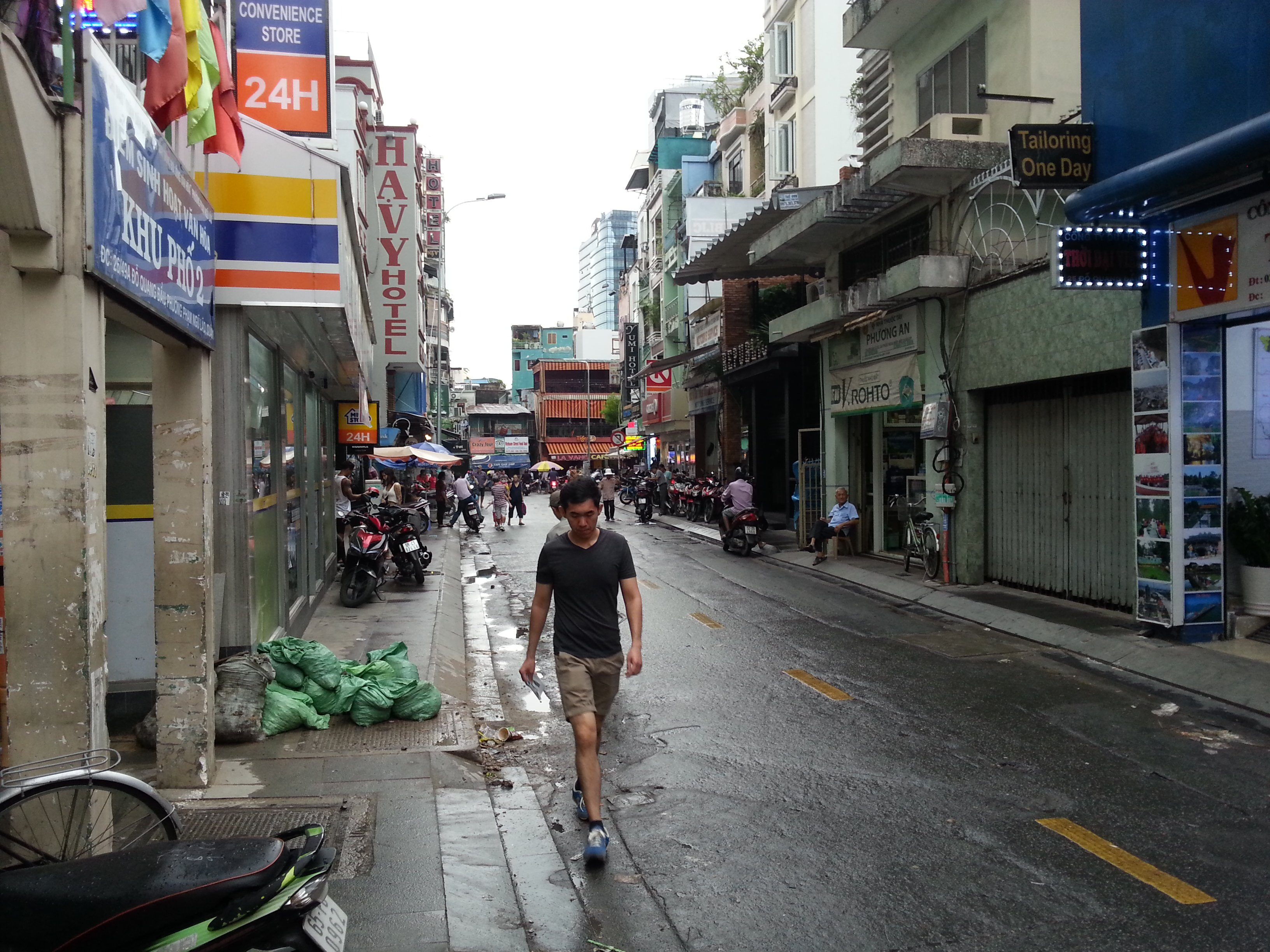 There are shops and restaurants near the Ha Vy Hotel